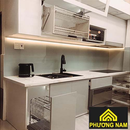 Mẫu tủ bếp inox cánh kính đẹp11