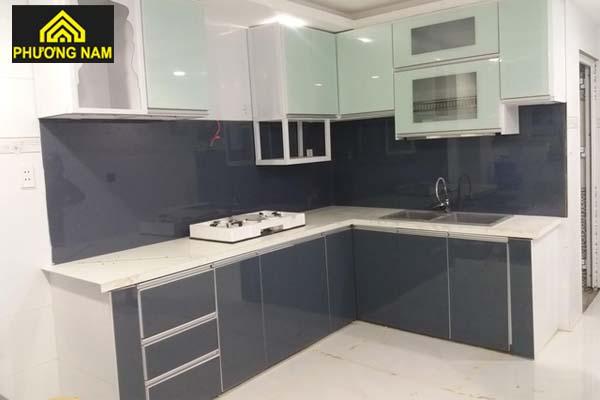 Tủ bếp nhôm cánh kính màu