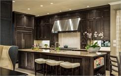 Tủ bếp gỗ Gõ Đỏ màu vân gỗ chữ L có bàn đảo và hệ khung tủ lạnh – TBT570