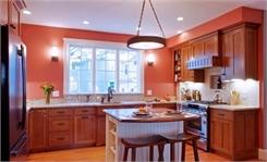 Tủ bếp gỗ Gõ Đỏ màu vân gỗ phun PU trong chữ U có bàn đảo và hệ khung tủ lạnh – TBT650