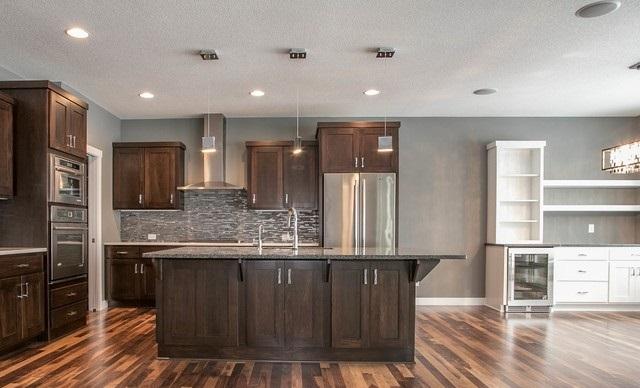 Tủ bếp gỗ Gõ Đỏ màu vân gỗ chữ U kịch trần có hệ khung tủ lạnh riêng – TBT683